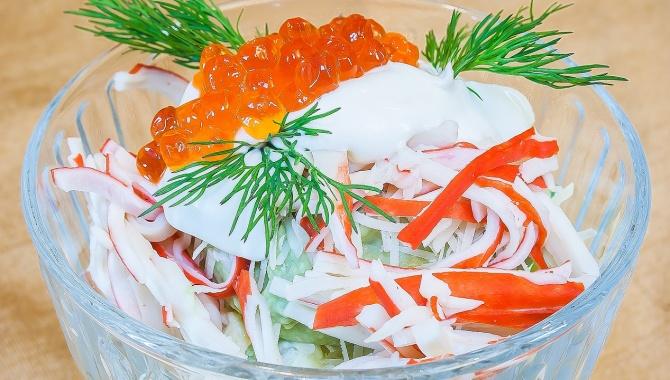 Салат с крабовыми палочками, яблоком и соусом из авокадо - Видео-рецепт