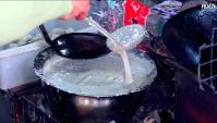 Уличная еда в Китае - Лепешки с креветками (Видео)