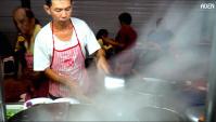 Уличная еда в Пинанге (Малайзия) - жареная лапша с яйцом и креветками, омлет с устрицами и другая еда