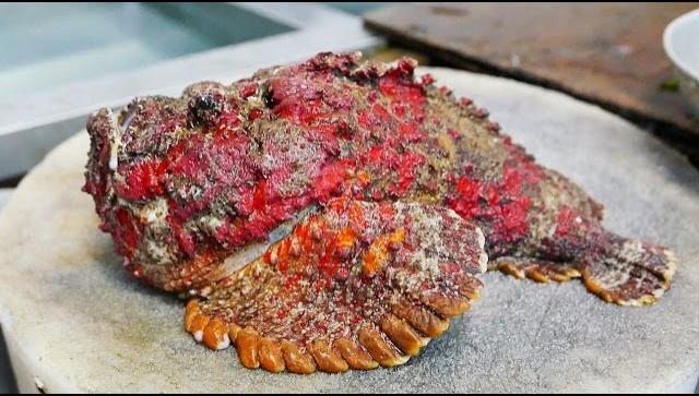 Еда в Китае - приготовление рыбы-камень (Бородавчатка) двумя способами (Видео)