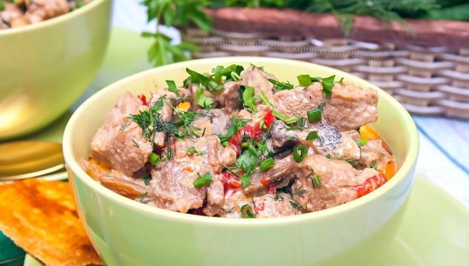 Вкусная свинина с овощами и грибами в сливочном соусе - Видео-рецепт