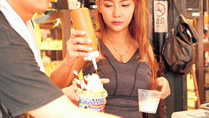 Уличная еда в Бангкоке - Жареное мороженое (Видео)