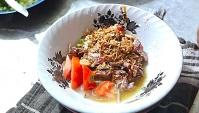 Уличная еда в Индонезии - Приготовление супа из говядины - Сото Бетави (Видео)