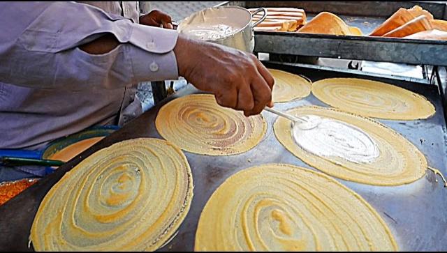 Уличная еда в Камбодже - приготовление больших кокосовых блинов (Видео)