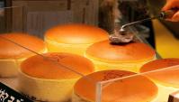 Уличная еда в Японии - пикантный чизкейк (Видео)