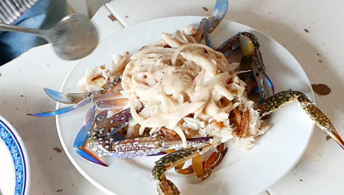 Уличная еда в Камбодже - Голубые крабы (Видео)