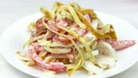 Салат с кальмарами с яичными блинчиками - Видео-рецепт
