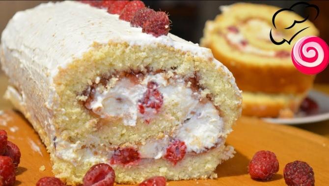 Бисквитный рулет со взбитыми сливками и ягодами - Видео-рецепт