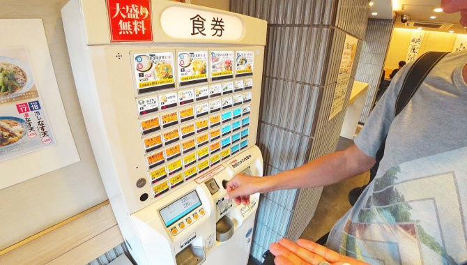 Кафе с автоматами вместо людей. Япония| Токио (Видео)