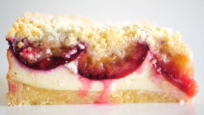 Простой пирог со сливами и творогом - Видео-рецепт