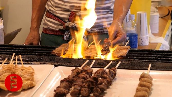 Уличная еда в Японии - Жареная свинина на деревянных шпажках (Видео)
