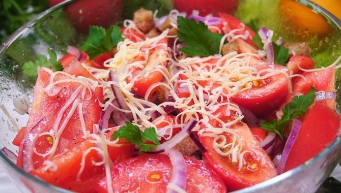 Салат с помидорами и сухариками - Видео-рецепт