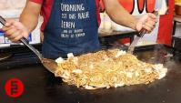 Уличная еда в Японии - Приготовление лапши Якисоба на широкой железной сковороде (Видео)