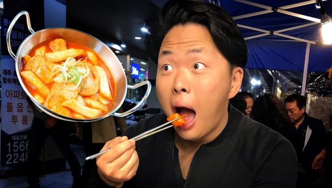 Корейская Уличная Еда. Ася пробует Токпокки и Сундэ. (Видео)