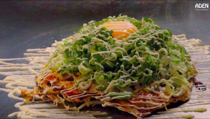 Японская еда - приготовление блюда Окономияки на широкой железной сковороде тэппан (Видео)