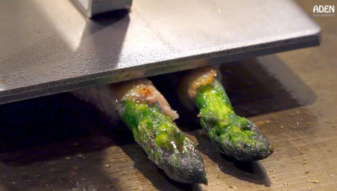 Спаржа, завернутая в кусочек свинины. Приготовление еды на сковороде тэппан в Токио (Видео)