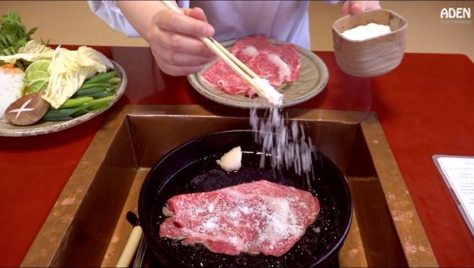 Еда гурманов в Японии - Сукияки с говядиной и овощами (Видео)