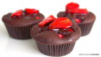 Шоколадно-клубничные маффины на кефире - Видео-рецепт