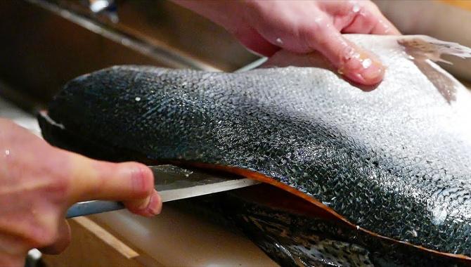 Японская Еда - Разделка лосося, скумбрии, кальмара. Приготовление суши (Видео).