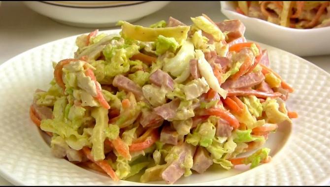 Праздничный салат с капустой, мясом и яичными блинчиками - Видео-рецепт