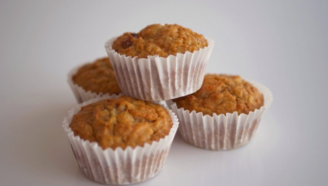Быстрые и простые маффины с яблоками и овсяными хлопьями - Видео-рецепт