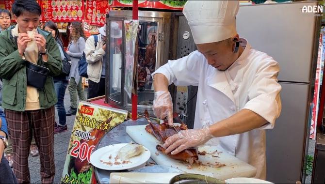 Уличная Еда в Японии - Приготовление утки по-Пекински в Кобе (Видео)