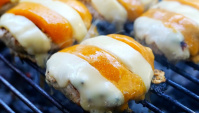 Тайская Еда - Двойной чизбургер с котлетой из мяса крокодила (Видео)