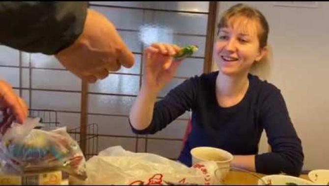 Муж японец пробует Русскую еду. Реакция на русские продукты (Видео)