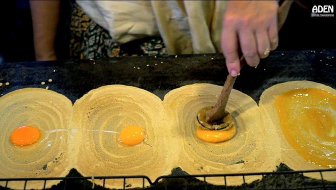 Уличная еда в Бангкоке (Таиланд) - жареная утка, тигровые креветки, Пад Тай, блины Ханом Буанг, Картофель торнадо (Видео)