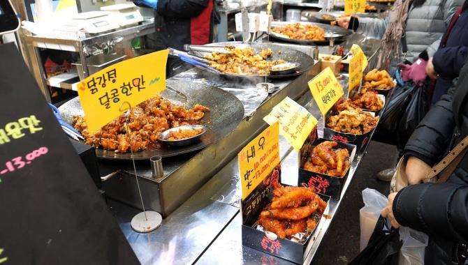 Уличная еда в Корее - Кисло-сладкие жареные креветки и жареная курица (Видео)