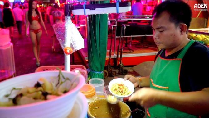 Уличная еда в Бангкоке - Сой Ковбой (Видео)