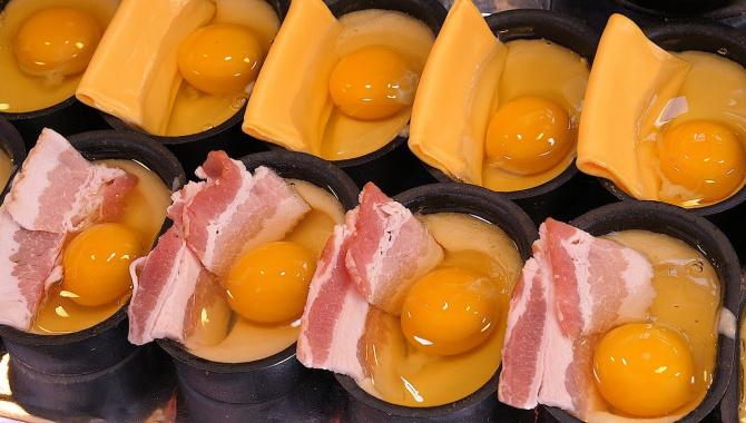 Уличная еда в Корее - Хлеб с яйцом и беконом (Видео)
