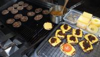 Малайзийская уличная еда - Приготовление Бургеров (Видео)