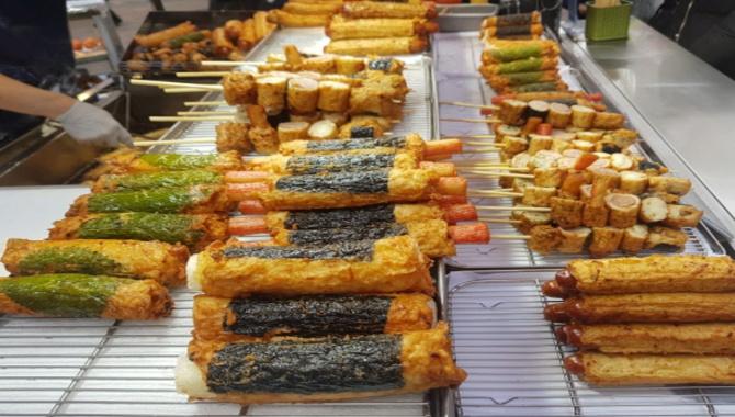 Уличная еда в Корее - мастер демонстрирует свои способности в приготовлении рыбных пирожков (Видео)