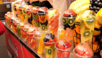 Уличная еда в Корее - Фрукты. Свежевыжатый фруктовый сок на туристическом рынке (Видео)
