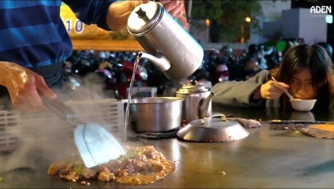Уличная еда на ночном рынке Дадун в Тайнане: курица, омлет, креветки, стейк, китайская капуста, бобовые ростки (Видео)