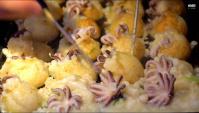 Уличная еда в Японии - Шарики такояки с осьминогом (Видео)