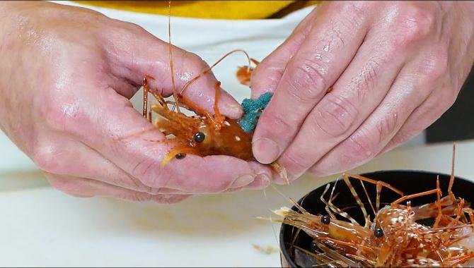 Уличная еда в Японии - креветки с голубыми яйцами и моллюски сашими (Видео)