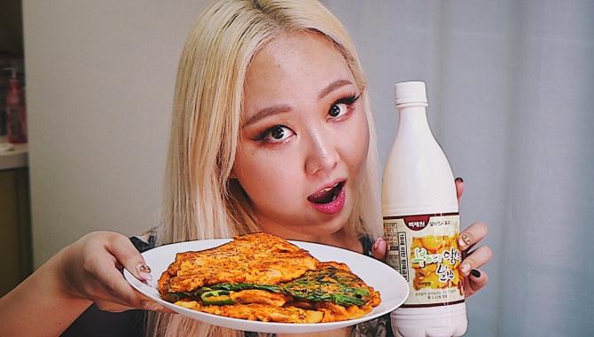 Корейцы Едят ЭТО во время Дождя! Корейские блинчики Кимчи Джон (Видео)