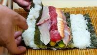 Японская Уличная Еда - Жареный морской окунь и суши роллы (Видео)