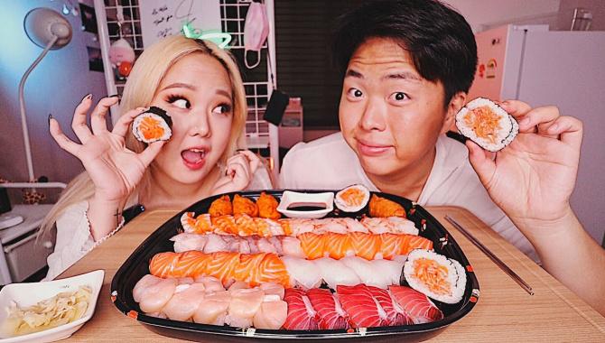 КОРЕЙСКИЕ СУШИ из МАГАЗИНА! Культ Еды в Корее (Видео)