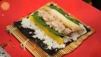 Уличная еда в Корее - Роллы с тунцом и Кимчхи (Видео)