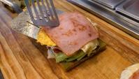 Уличная еда в Корее - Тосты с сыром, яйцом и ветчиной (Видео)
