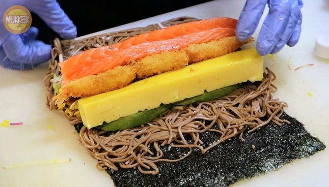 Японская еда в Корее - гигантский японский ролл с гречневой лапшой - Соба Футомаки (Видео)