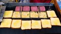 Уличная еда в Корее - Тосты с ветчиной и сыром. Яичные Тосты (Видео)