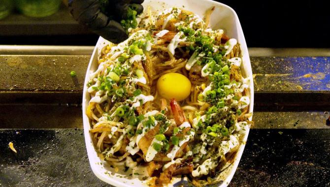 Корейская уличная еда. Японская кухня. Приготовление Окономияки с морепродуктами. Лапша в омлете (Видео)