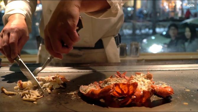 Приготовление Омаров на сковороде теппан, Япония (Окинава) - Видео