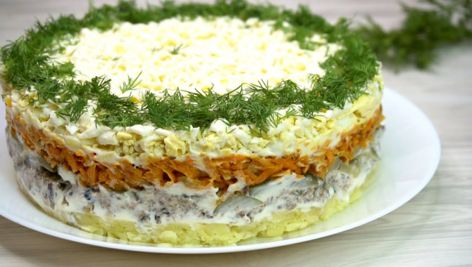 Слоенный салат со шпротами - Видео-рецепт