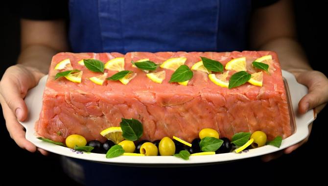 Оливье с морепродуктами и красной рыбой. - Видео-рецепт