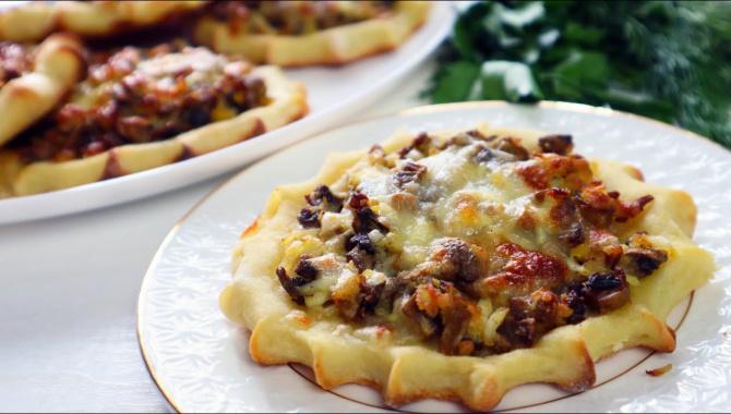 Вкусные картофельные лепешки с начинкой в духовке - Видео-рецепт